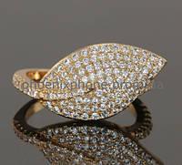 Изысканное кольцо с множеством фианитов, покрытое золотом (121120)