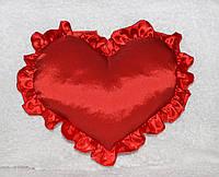 Декоративная подушка-сердце с рюшами красного цвета