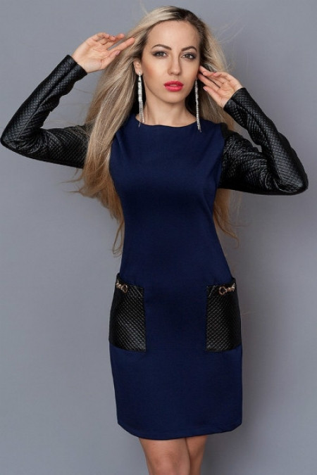 Платье с кожаными рукавами и шарфом