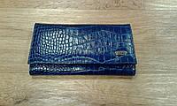 Синий кожаный кошелек с тиснением. Широкое открытие,вместителььный