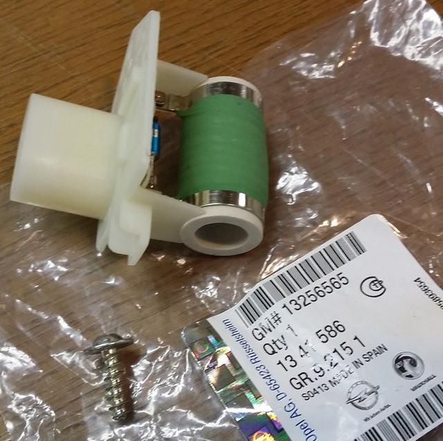 Резистор (сопротивление) электродвигателя вентилятора охлаждения двигателя GM 13256565 OPEL Corsa-D