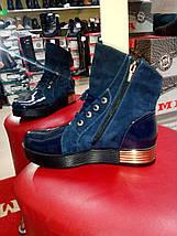 Демисезонные замшевые синие ботинки с лаковыми вставками LEXI , фото 2