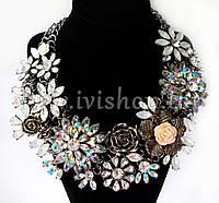 Массивное ожерелье - колье с крупными цветами под серебро, с камнями.(радужные стразы)