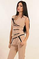 Жилет прилегающего силуэта с трендовой застежкой на ремни из кожзама, костюмная ткань, 42-52 размеры
