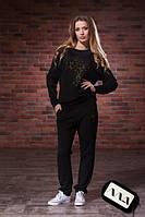Женский спортивный костюм однотонный, украшен аппликацией из страз