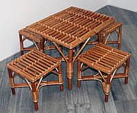 Комплект плетеной мебели для пикника.