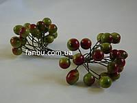 Искусственные блестящие ягоды для декора зеленые с красным боком d=1 см (1 упаковка - 40 ягодок)