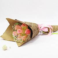 Букет из конфет Розы в крафтовой бумаге розовые