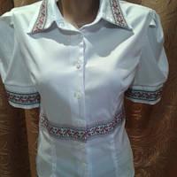 Стильная белая блузка с вышивкой.