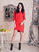 Эффектное женское платье прямого пошива спереди украшено роскошной вышивкой