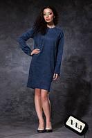 Однотонное платье свободного покроя с карманом и открытыми срезами.