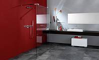 Светлая и просторная ванная с душевой кабиной из стекла