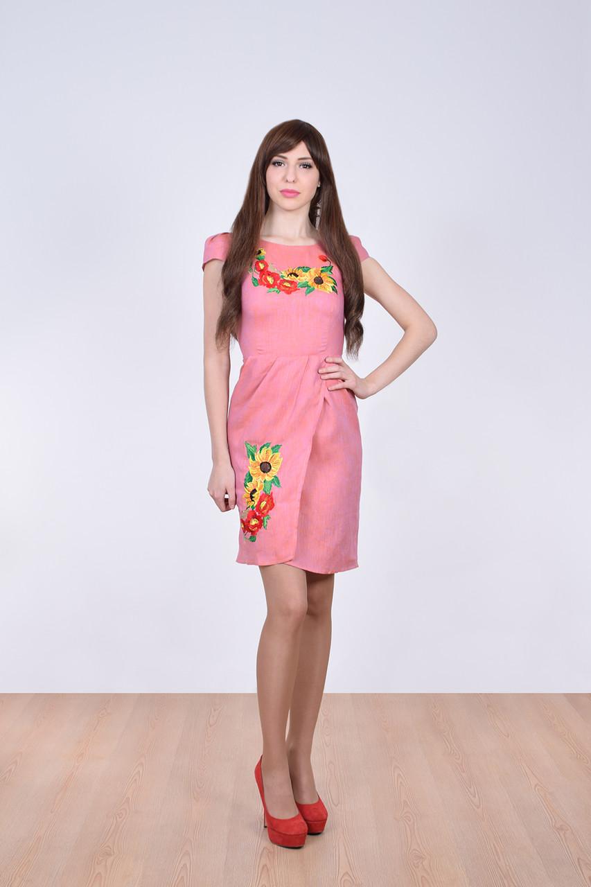 Очаровательное молодежное платье приталенного кроя с вышитым цветочным букетом