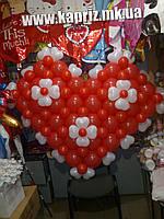 Огромное сердце   из шаров с цветами из шариков-сердечек