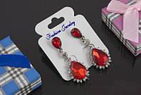 Эффектные свисающие праздничные серьги с красными  камнями в виде капли
