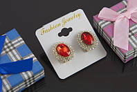 Изумительные сережки с красным камнем в миниатюрных стразах