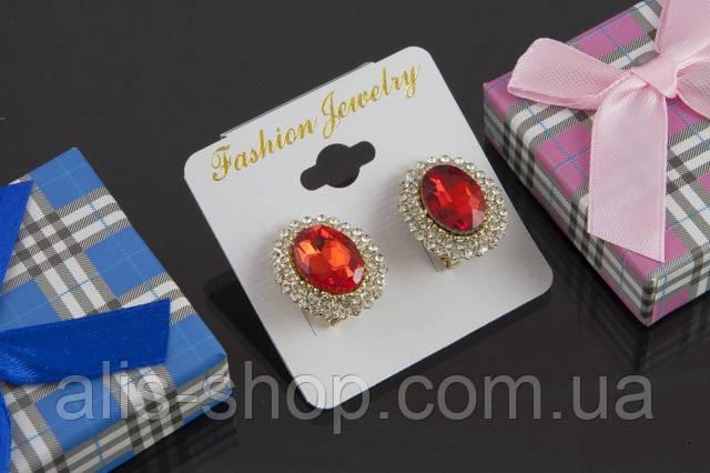 Изумительные сережки ― гвоздики с розовым овальным камнем в миниатюрных стразах