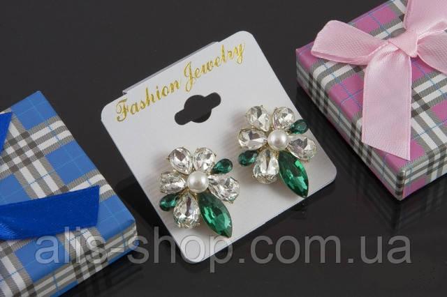 Сережки с прозрачными и зелеными камнями гвоздики