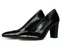 Черные кожаные туфли-лодочки с лаковым блеском на каблуке