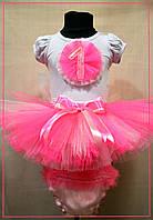 Ярко-розовый костюм с цифрой