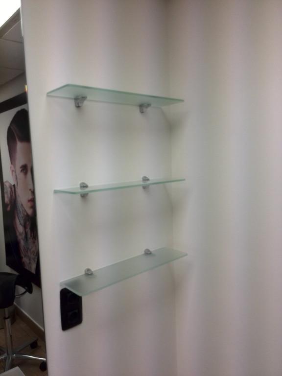 Монтаж стеклянных полок в салоне красоты