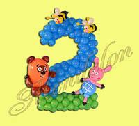 Цифра 2 из шариков с Винни пухом и пятачком