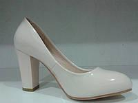 Туфли  лакированные женские  на среднем каблуке бежевого цвета.р.40.