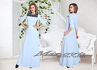 Длинное трикотажное платье декорировано гипюром