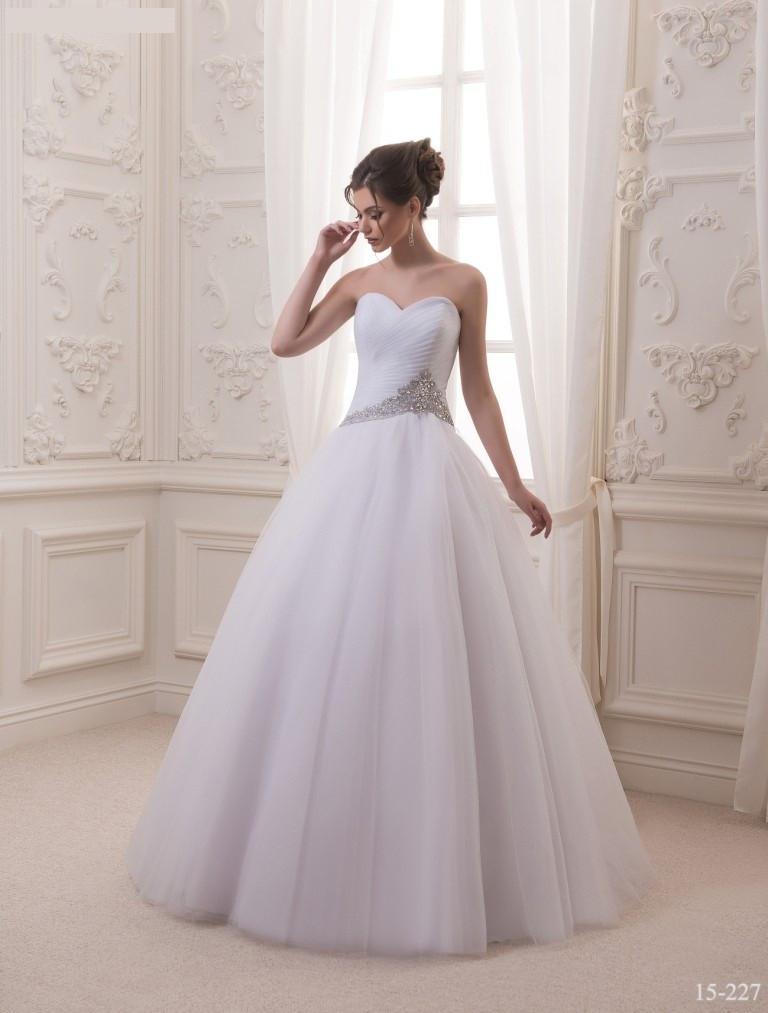 Прекрасное свадебное платье со стразами