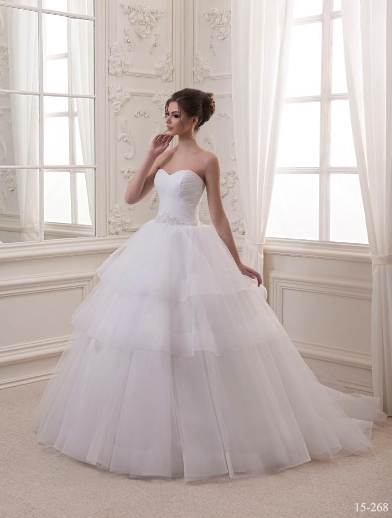 Белое свадебное платье с шикарным шлейфом