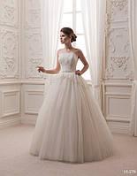 Красивое свадебное платье, украшенное кружевами и бусинками