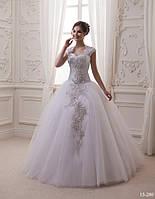 Красивое свадебное платье с аппликацией из страз и жемчужин
