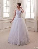 Нежное свадебное платье, украшенное жемчужинами