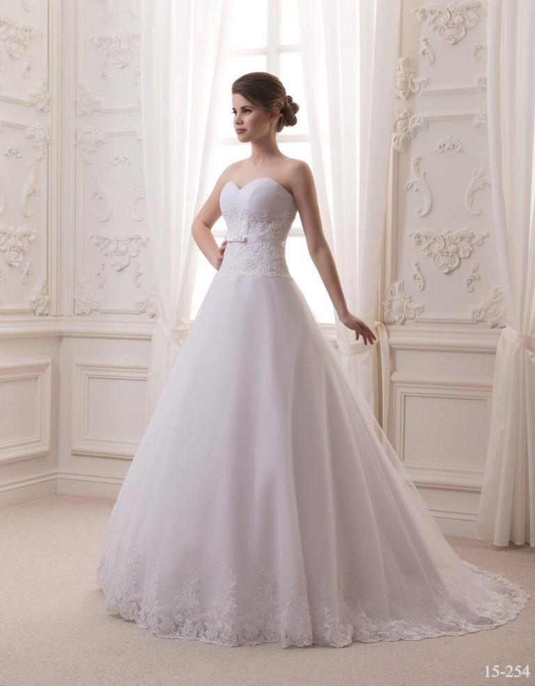 Приталенное свадебное платье со шлейфом