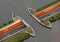 Водный мост над автомагистралью