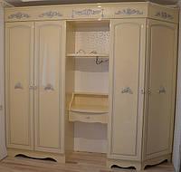Шкаф в классическом стиле с декорами