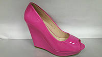 Стильные женские туфли розовые на танкетке.