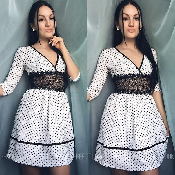 белое платье в мелкий горох фото