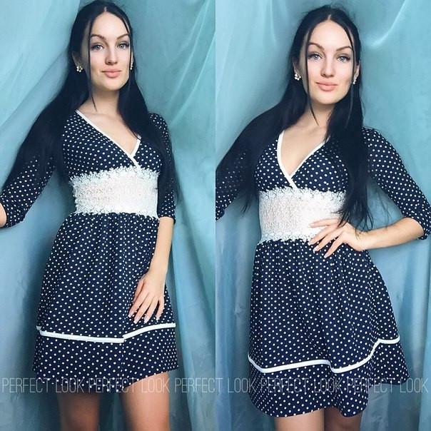 синее платье в мелкий горох фото