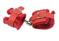Красные меховые наручники из кожзаменителя для БДСМ игр.