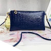 Стильная маленькая женская сумка с длинной ручкой под кожу крокодила (синяя)