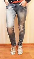 Стильные молодежные женские джинсы зауженные с поясом