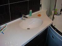 Столешница с умывальником для ванной комнаты.