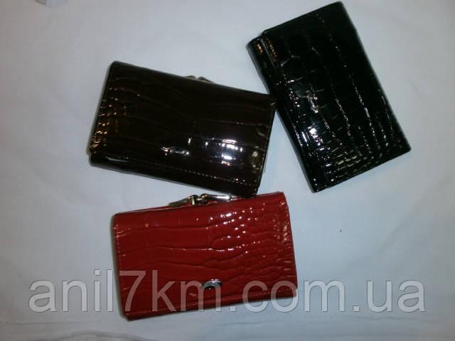 Жіночий лаковий гаманець середніх розмірів