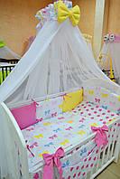 """Постель в детскую кроватку """"Бантики"""" с малиновыми звездами"""