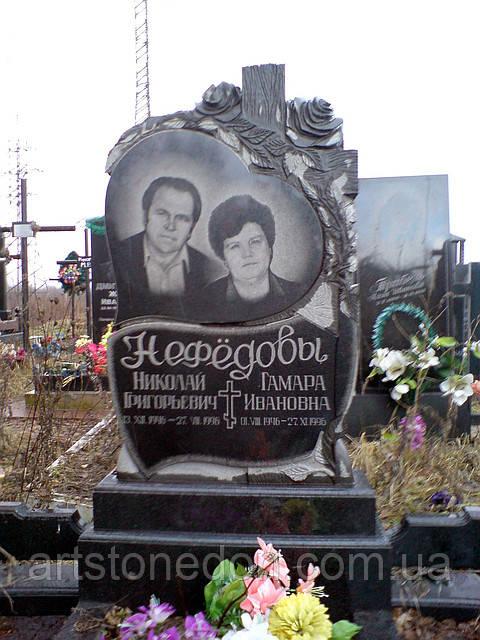 Памятник на двоих с розами