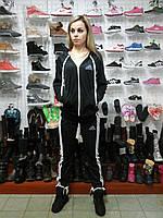 Спортивный женский костюм Adidas адидас с капюшоном на молнии чёрный с полосками