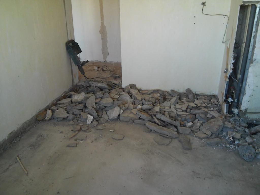 В одной из комнат была убрана старая цементная стяжка.