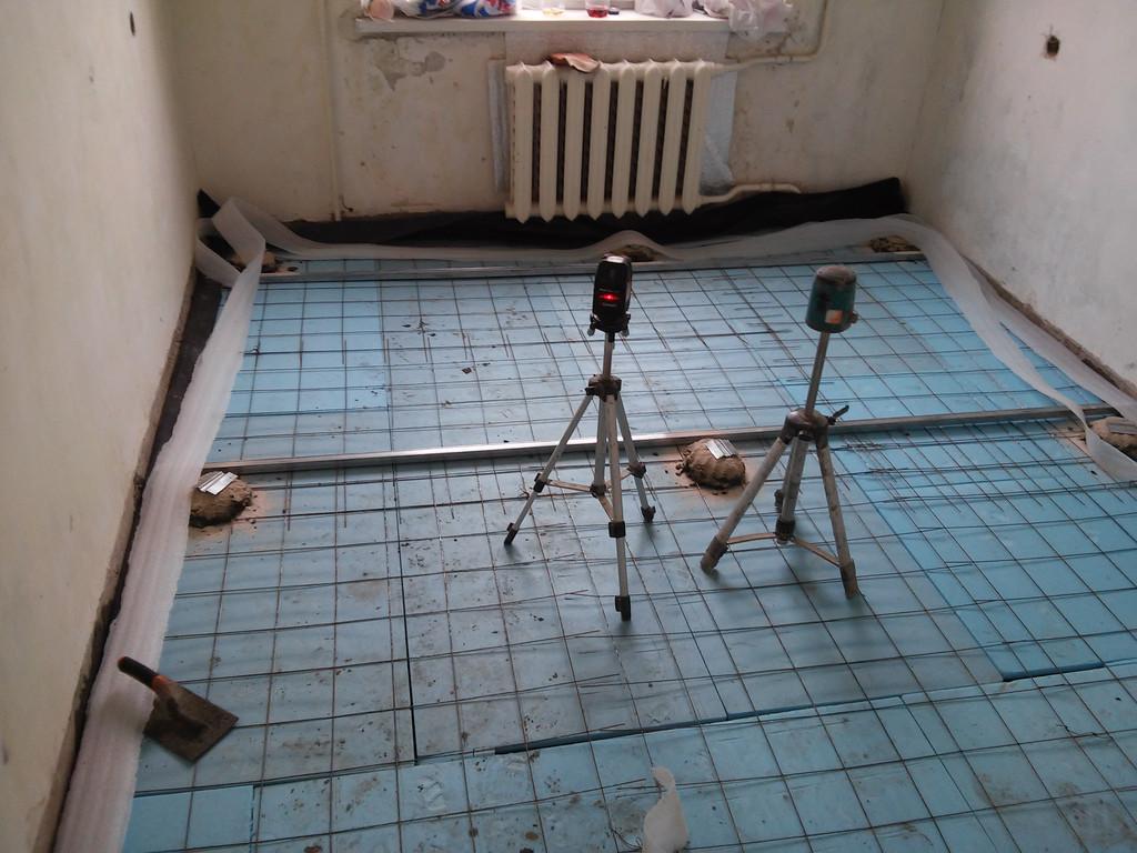Демонтаж старого пола и устройство чистовой стяжки в трёхкомнатной квартире