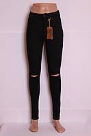 Женские  черные джинсы с прорезями на коленах